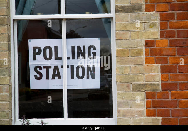 Polling station sign displayed in a window - Stock Image