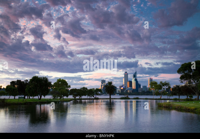 View across James Mitchell Park and the Swan River to the city skyline. Perth, Western Australia, AUSTRALIA. - Stock-Bilder