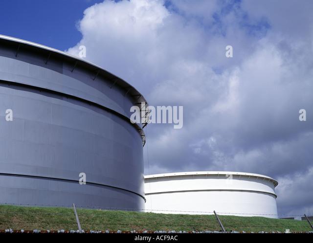 Large oil storage tanks - Stock-Bilder