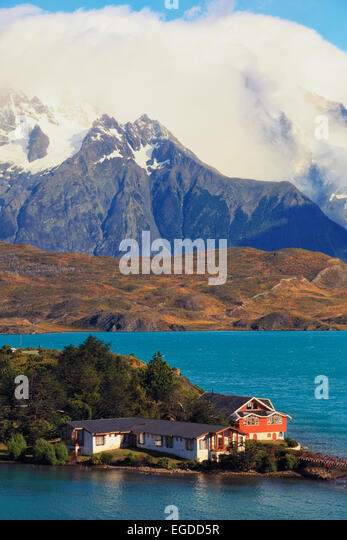Chile, Patagonia, Torres del Paine National Park (UNESCO Site), Cuernos del Paine peaks and Hosteria Pehoe Historic - Stock-Bilder