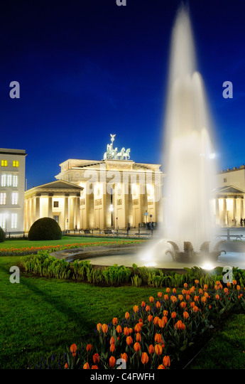 the-brandenburg-gate-in-berlin-at-night-