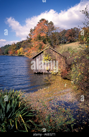 Fall Colors lake trees old wood shed - Stock Image