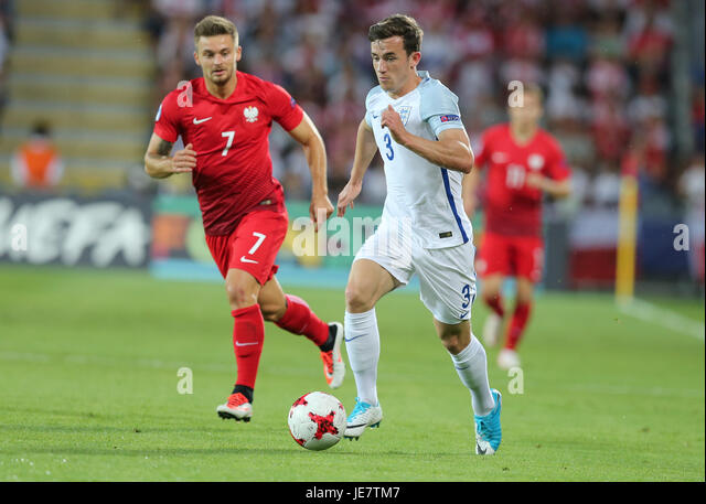 Kielce, Poland. 22nd June, 2017. Karol Linetty (POL) is beaten for pace by Ben Chilwell (ENG); UEFA Under21 Championship, - Stock-Bilder