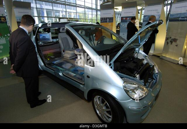 (dpa) - A DaimlerChrysler employee takes a look at the interior of a fuel cell powered 'F-Cell' car which - Stock Image