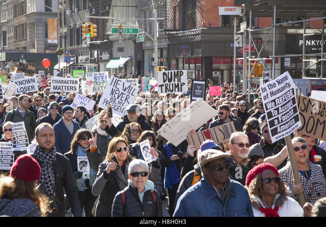 New York, USA. 12th November, 2016. Thousands of New Yorkers marched from Union Square up 5th Avenue to send the - Stock-Bilder