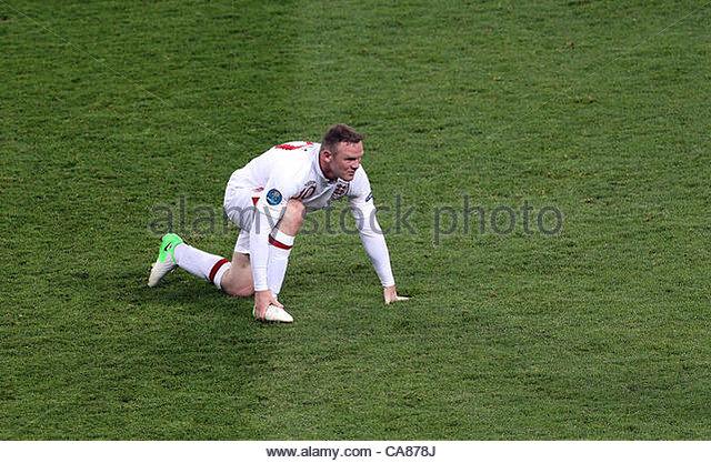 24/06/2012 Kiev. Euro 2012 Football. England v Italy. Wayne Rooney is left holding his right foot. Photo: Mark Leech. - Stock-Bilder
