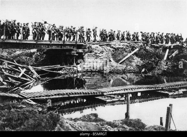 9 1917 8 5 A1 E English Troops pass Ypres Canal 1917 World War One 1914 18 Western Front Battle of Flanders 31 Juli - Stock-Bilder