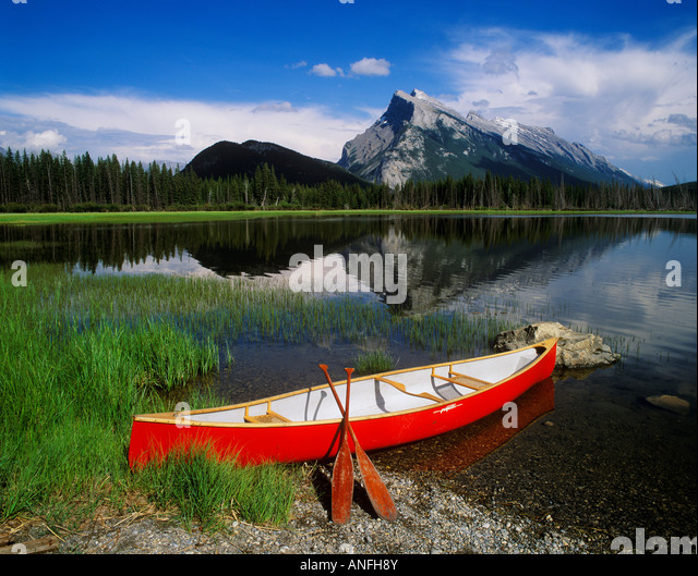 Red canoe, Mount Rundle and the Vermilion lakes, Banff National Park, Alberta, Canada. - Stock Image