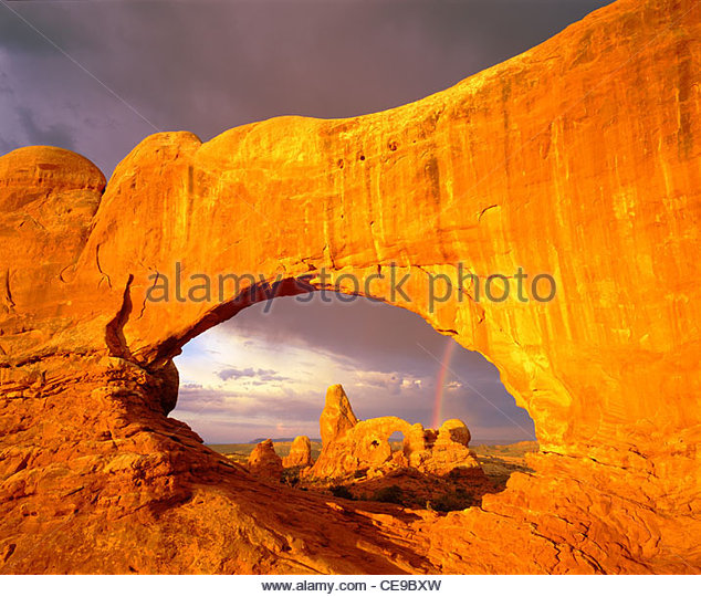 Turret Arch, seen through the North Window, sunrise. Arches National Park, Utah. - Stock-Bilder
