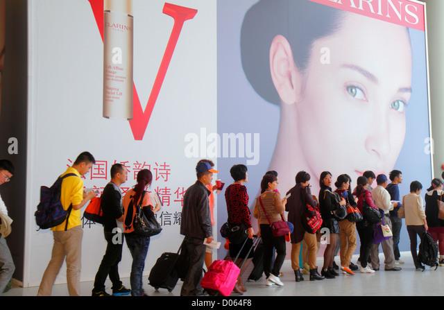 China Shanghai Changning District Hongqiao Airport Terminal 2 SHA concourse gate area Mandarin symbols hanzi English - Stock Image