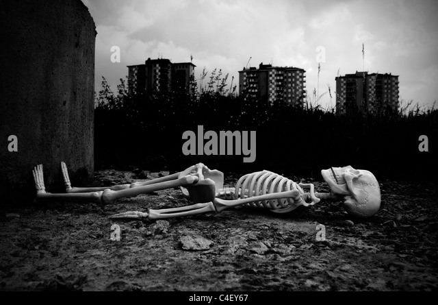 Skeleton lying on the ground - Stock Image