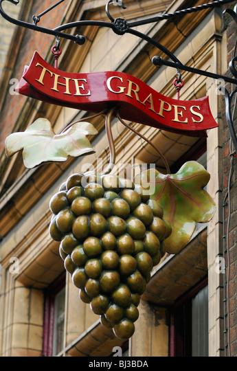 The Grapes Pub Sign, Oxford, United Kingdom. - Stock Image