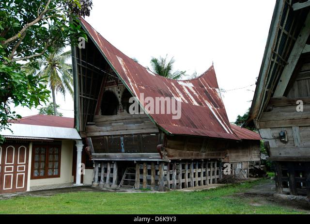 Batak Toba tribal rural village houses with contemporary extensions on Samosir Island in Lake Toba, Sumatra, Indonesia - Stock-Bilder