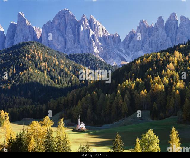 IT - DOLOMITES: St Johann in Ranui and Geisler Spitzen Mountains - Stock-Bilder