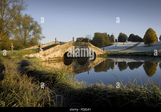 The Oxford Bridge on a frosty day at Stowe Landscape Gardens, Buckinghamshire. - Stock-Bilder