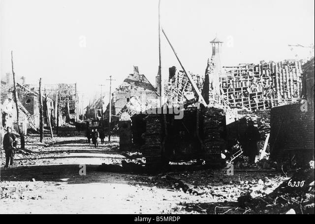 9 1917 11 20 A2 10 E Street scene in Cambrai 1917 World War One 1914 18 Western Front Tank battle near Cambrai 20 - Stock-Bilder