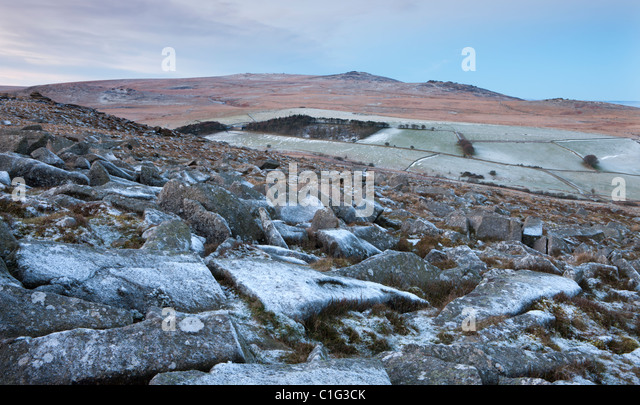 Yes Tor and High Willhays from the frosted granite rocks of Belstone Tor, Dartmoor National Park, Devon, England. - Stock Image