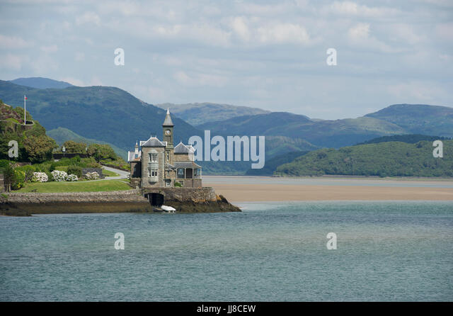 A beautiful house surrouned by stunning landscape on the Afon Mawddach (River Mawddach) Estuary at Barmouth in Wales - Stock Image