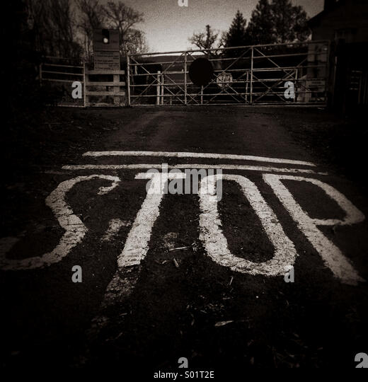 Stop sign at level crossing - Stock-Bilder