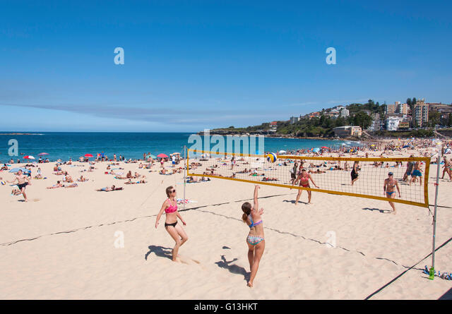 Women playing beach volleyball on Coogee Beach, Coogee, Sydney, New South Wales, Australia - Stock Image