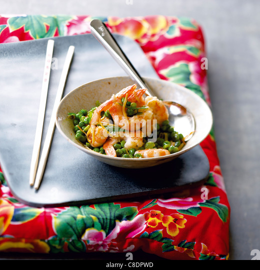 Sauteed shrimps and peas - Stock Image