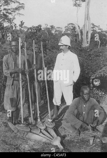 Colonial official with blacks in the Belgian colony of Congo, 1907 - Stock-Bilder