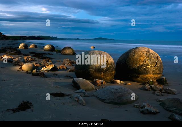 New Zealand, South Island, north of Dunedin, Moeraki Boulders. Dusk. Flash. - Stock Image