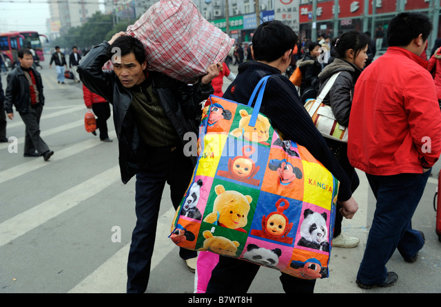 Migrant workers carry their luggage leaving the train station of Nanchang, Jiangxi, China. 05-Feb-2009 - Stock-Bilder