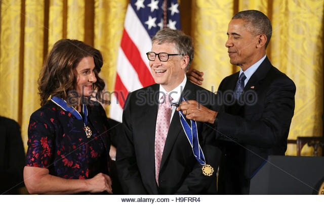 Bill (C) and Melinda (L) Gates receive their Presidential Medals of Freedom from U.S. President Barack Obama (R) - Stock-Bilder