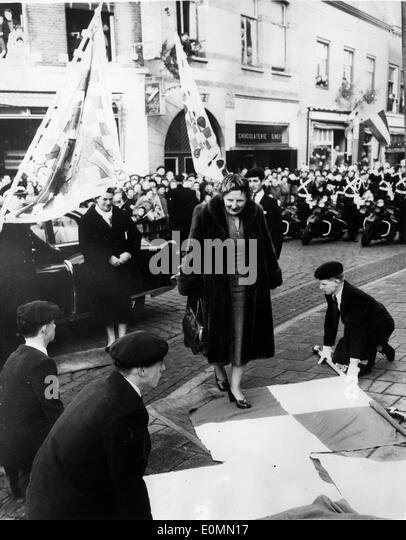 Queen Juliana walks over flags at town hall - Stock-Bilder