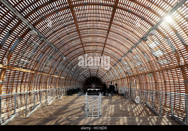 Prague, Czech Republic. 8th Dec, 2016. A large wooden construction shaped like an airship, built on the roof of - Stock Image
