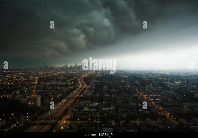 A huge storm front moves over downtown Chicago city in the distance - Stock-Bilder