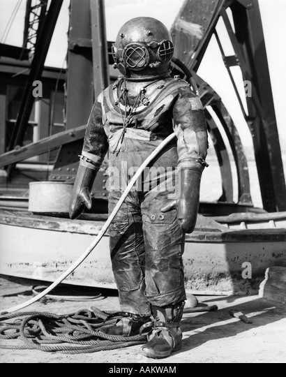 1930s 1940s FULL FIGURE OF MAN IN UNDERWATER HARD HAT DEEP SEA DIVING SUIT - Stock-Bilder