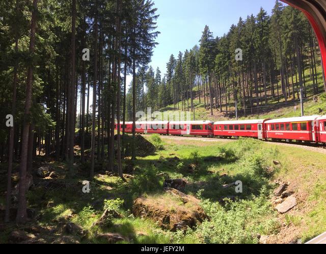 BERNINA EXPRESS train climbing towards Lake Bianco. Photo: Tony Gale - Stock-Bilder