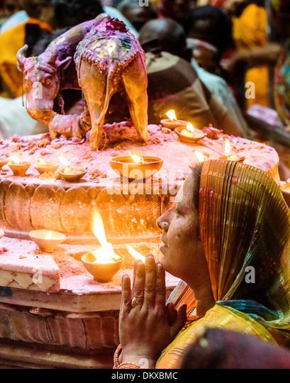Indian woman praying during Holi  Bankey Bihari Temple, Vrindavan India - Stock-Bilder
