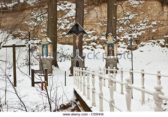 The Netherlands, Valkenburg, Roman catholic statues on estate and castle called Schaloen. Winter, snow. - Stock-Bilder