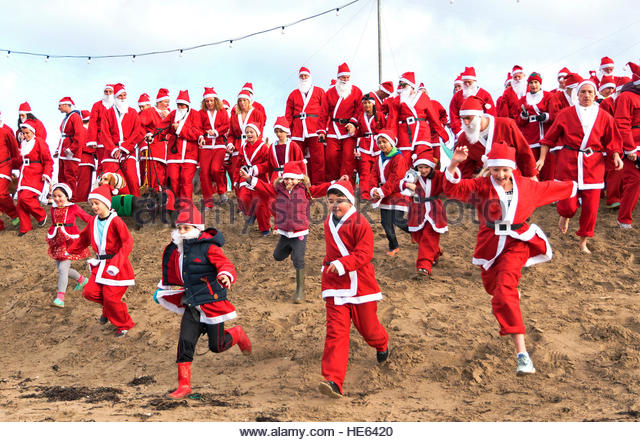 Perranporth, Cornwall, UK. 18th December 2016. Santa?s on the sand an annual charity run on Perranporth beach in - Stock-Bilder