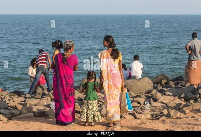 Local Indian family on the beach at Pondicherry, or Puducherry, Tamil Nadu, southern India - Stock-Bilder