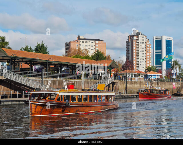 Vintage mahogany motorboats by the Fluvial Station on the Tigre River Canal, Tigre, Buenos Aires Province, Argentina - Stock-Bilder