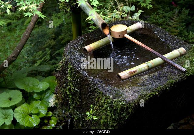 Tsukubai stock photos tsukubai stock images alamy for Bamboo water garden