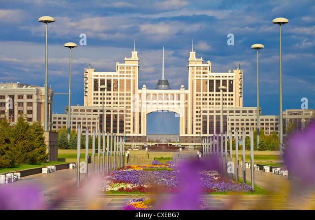 KazMunaiGas building, with Khan Shatyr shopping and entertainment center behind, Astana, Kazakhstan - Stock-Bilder