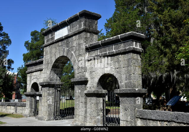 New Bern, North Carolina:  Weeping Arch Gate at historic Cedar Grove Cemetery on Queen Street - Stock Image