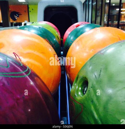 A bowling ball rack of various bowling balls. - Stock-Bilder