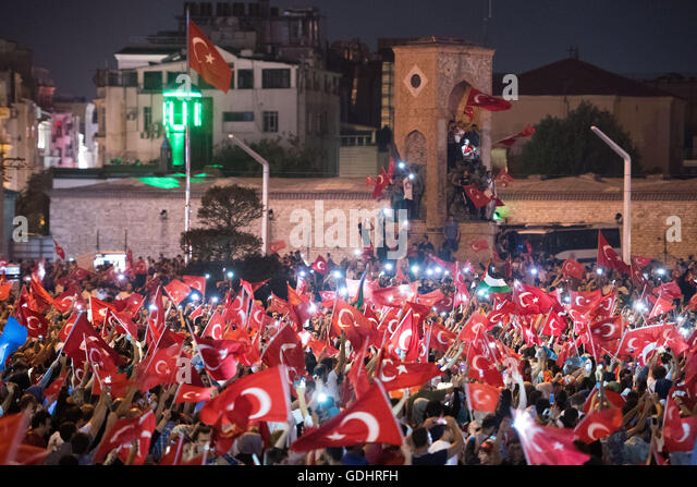 Istanbul, Turkey. 17th July, 2016. People shout slogans and hold flags during a demonstration at Taksim Square in - Stock-Bilder