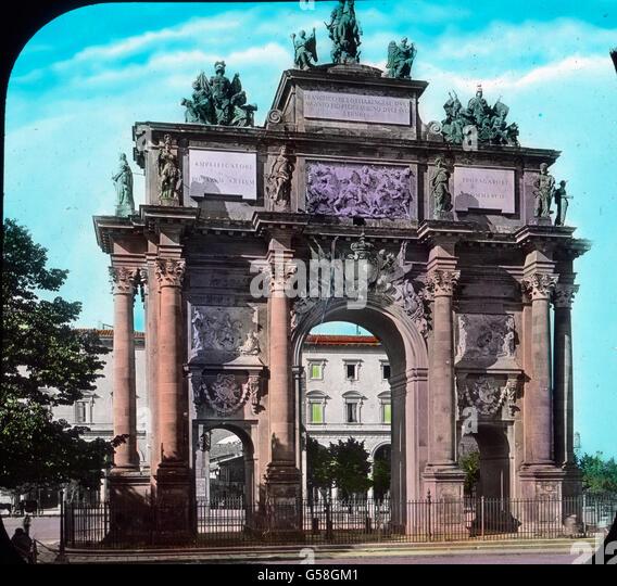 Gehen wir die breite Via Cavour entlang, dann kommen wir zur Piazza Cavour mit einem schönen Triumphbogen im - Stock Image