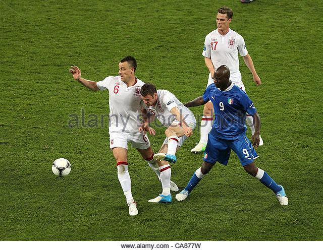 24/06/2012 Kiev. Euro 2012 Football. England v Italy. John Terry, James Milner and Scott Parker surround Mario Balotelli. - Stock-Bilder