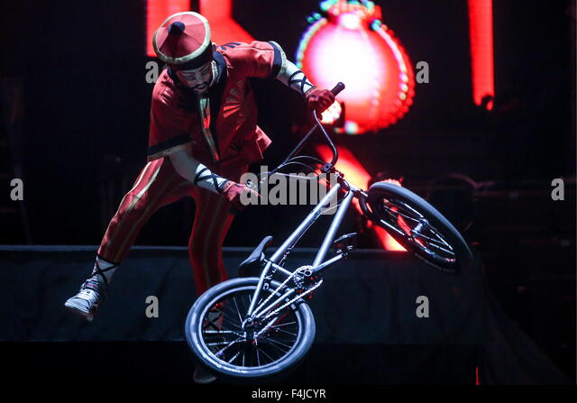 Moscow, Russia. 19th Oct, 2015. A performer does a BMX bicycle stunt in K.U.K.L.A show at the Grand Moscow State - Stock-Bilder