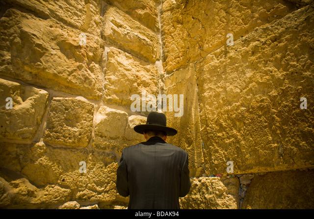 One man praying at the wailing wall in Jerusalem - Stock-Bilder