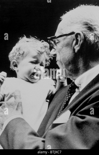 DR.BENJAMIN SPOCK and crying baby, 1968 - Stock Image