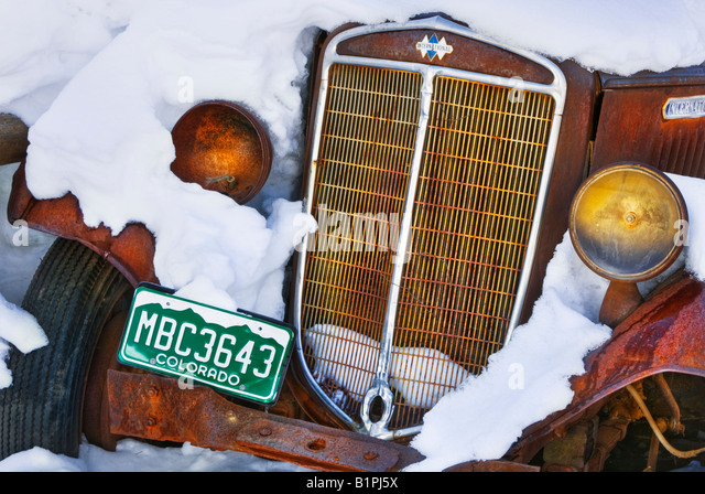 A rusty old car covered in snow near Steamboat Springs, Colorado, USA. - Stock-Bilder